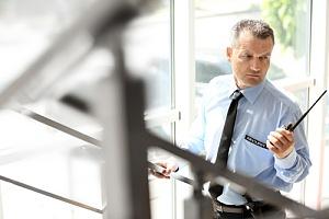 现场安全人员正在检查楼梯间
