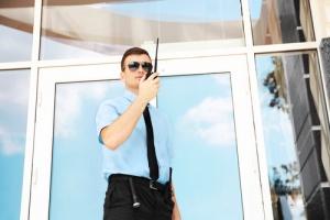 零售店外面的保安