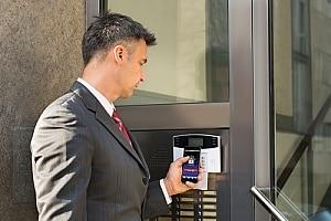 一位在拉斯维加斯使用商业警报系统的企业主