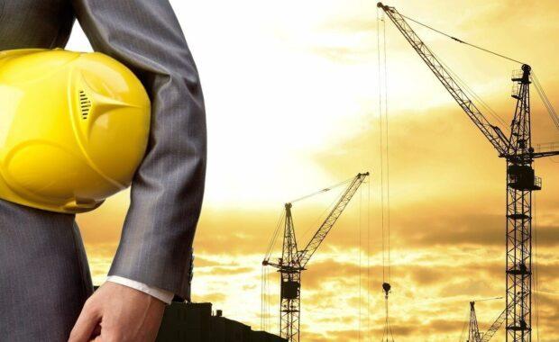 施工安全成本-工程师持有黄色头盔