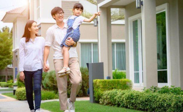 一对夫妇走在模型新房子寻找生活的未来