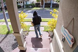 一个小偷从一个业主协会的房子里偷了一个包裹