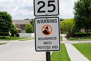 为加强安全,业主协会的邻里监视标志
