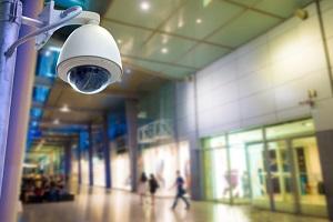 商场内的监控摄像头或闭路电视,用于保护系统